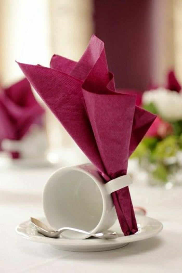 Papierservietten-in-weinroter-Farbe-Kaffeetasse