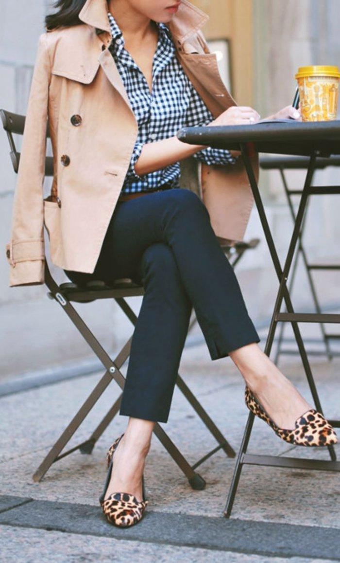 Pariser-Look-schaffen-Trench-Coat-extravagante-Schuhe-als-Akzent
