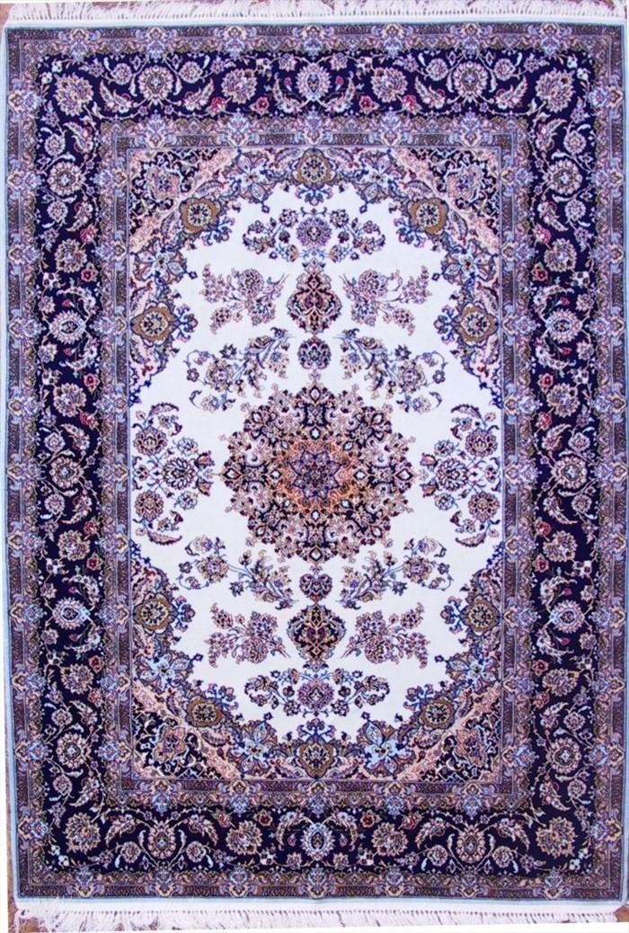 Perserteppich-in-lila-Farbe-mit-weißem-Hintergrund