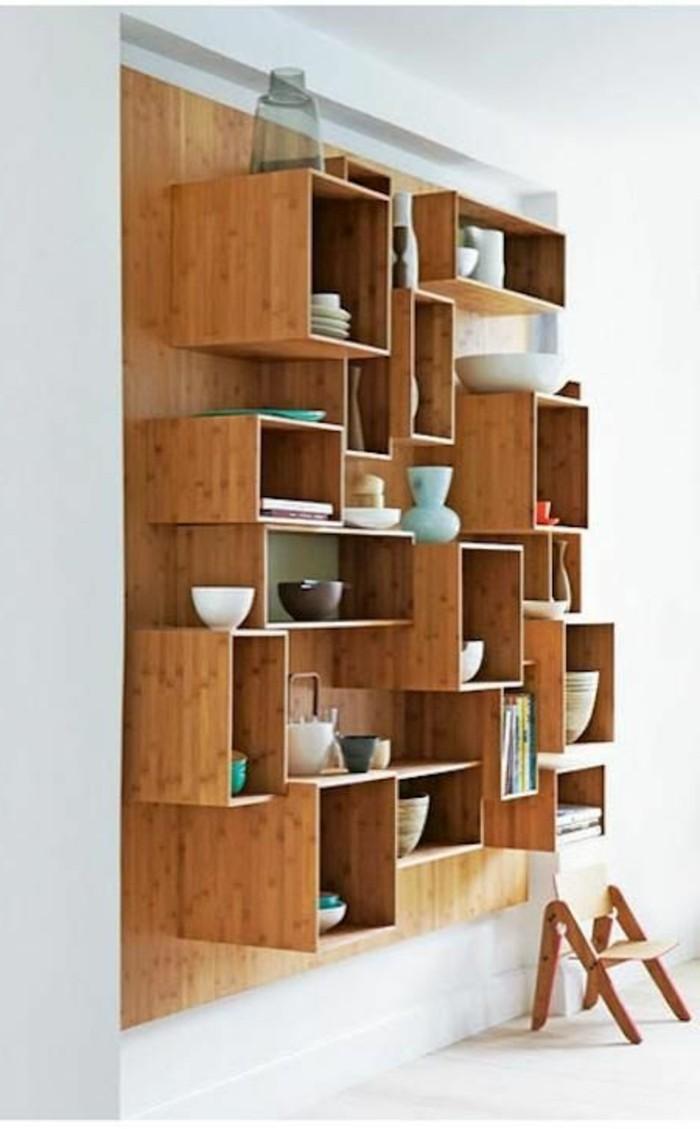Regal-Würfel-aus-Holz-interessant-geordnet