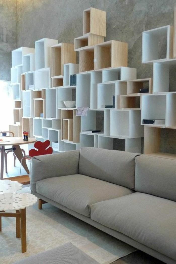Regalsystem-aus-Holz-mit-weiß-gestrichenen-und-ungestrichenen-Teilen