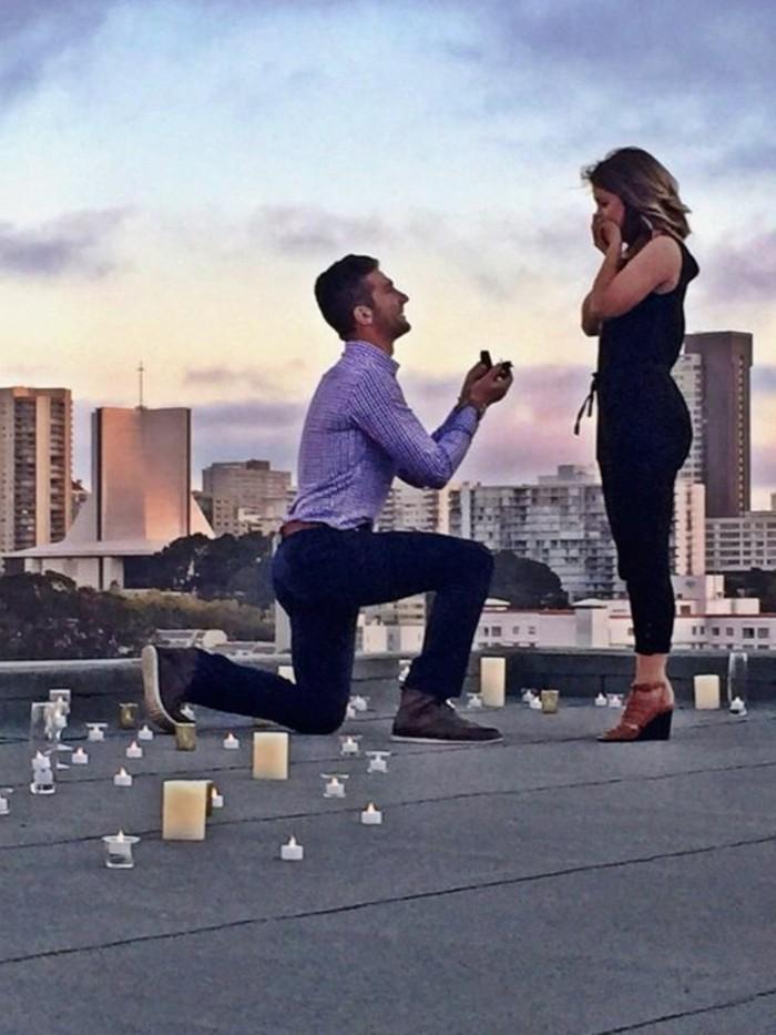 Romantischer-Heiratsantrag-auf-dem-Dach