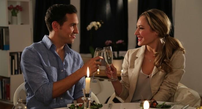 Romantischer-Heiratsantrag-bei-Kerzenlicht-und-Wein