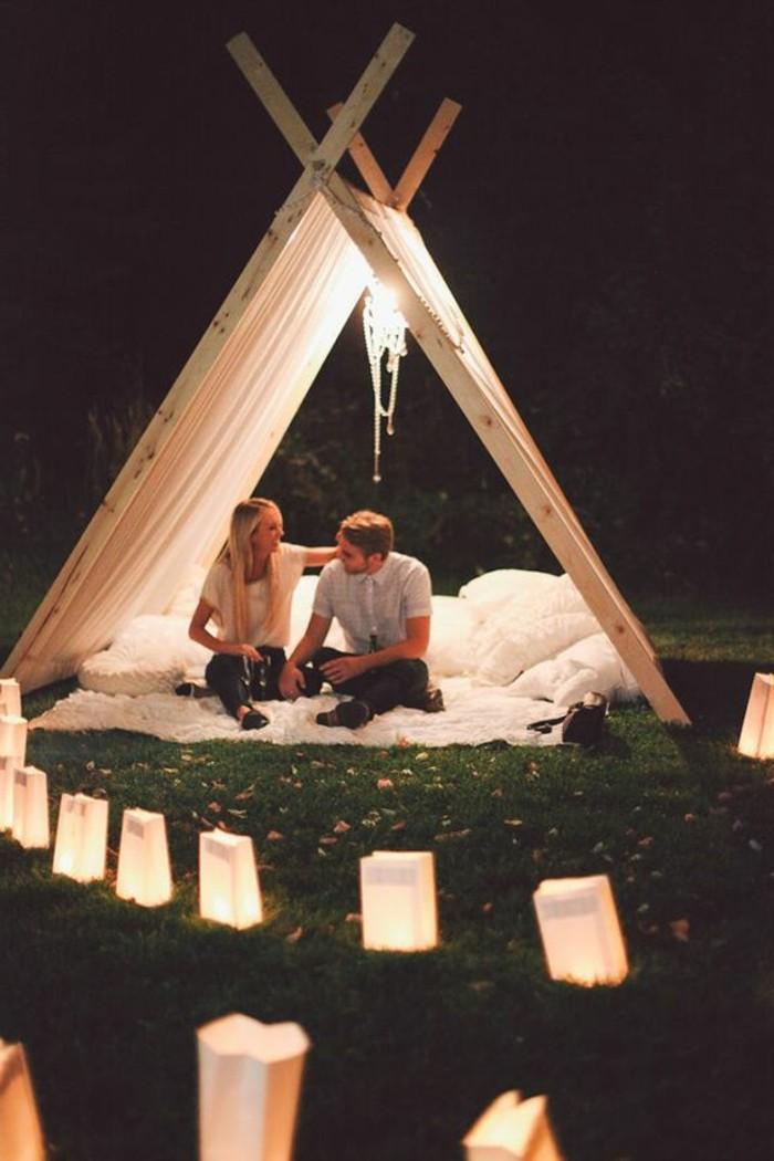 Romantischer-Heiratsantrag-in-einer-Zelt