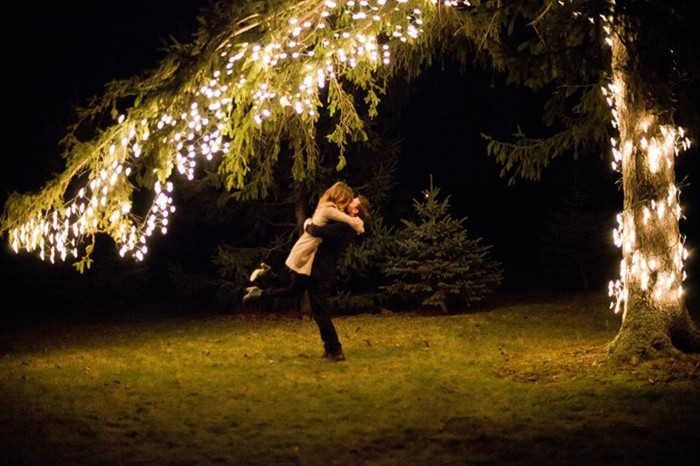 Romantischer-Heiratsantrag-unter-Baum-mit-Beleuchtigung