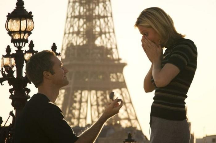 Romantischer-Heiratsantrag-vor-dem-Eifelturm