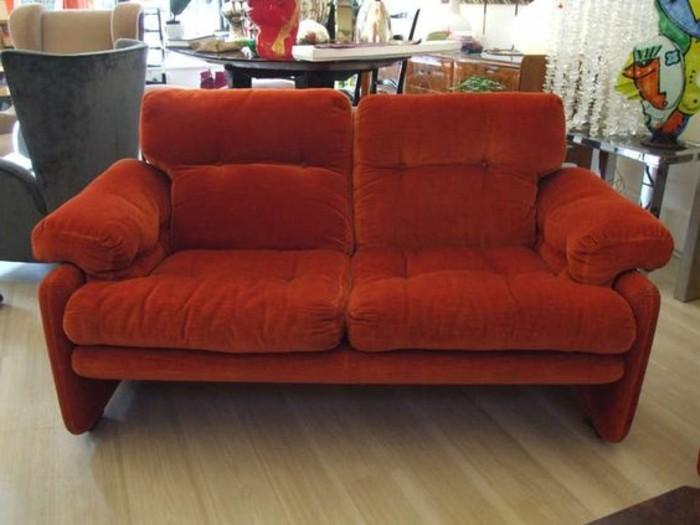 Rote-Zweisitzer-Couch-zu-Hause