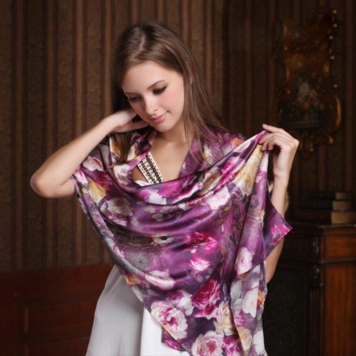 Schal-mit-floralen-Motiven-in-lila-Nuancen