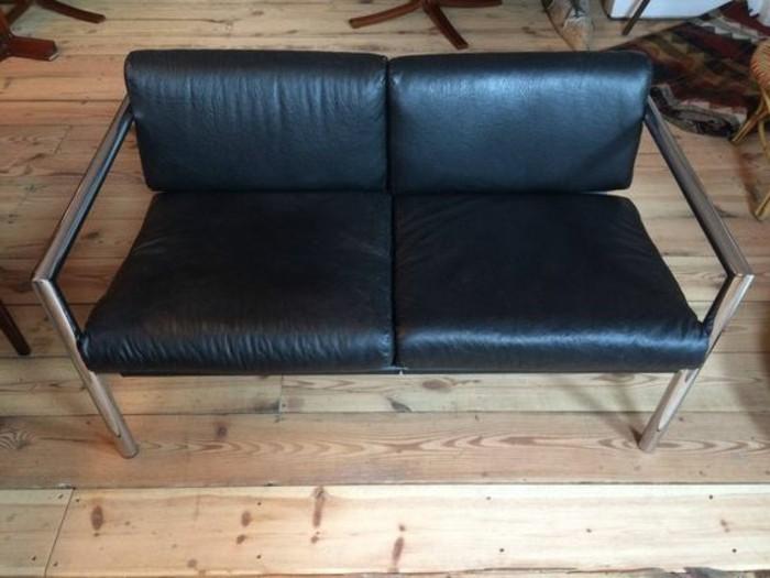 Schwarze-Zweisitzer-Couch-zum-Büro
