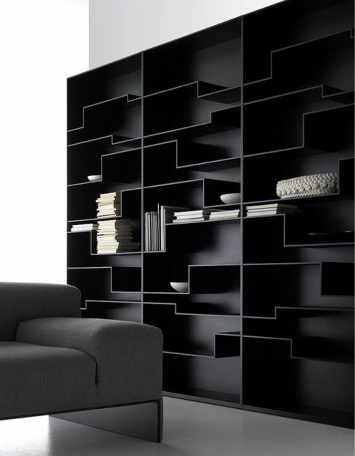 Schwarzes-kunstvolles-Regalsystem-mit-unregelmäßiger-Form