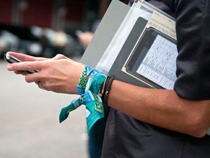 Seidentücher-als-stilvolle-Armbänder-tragen