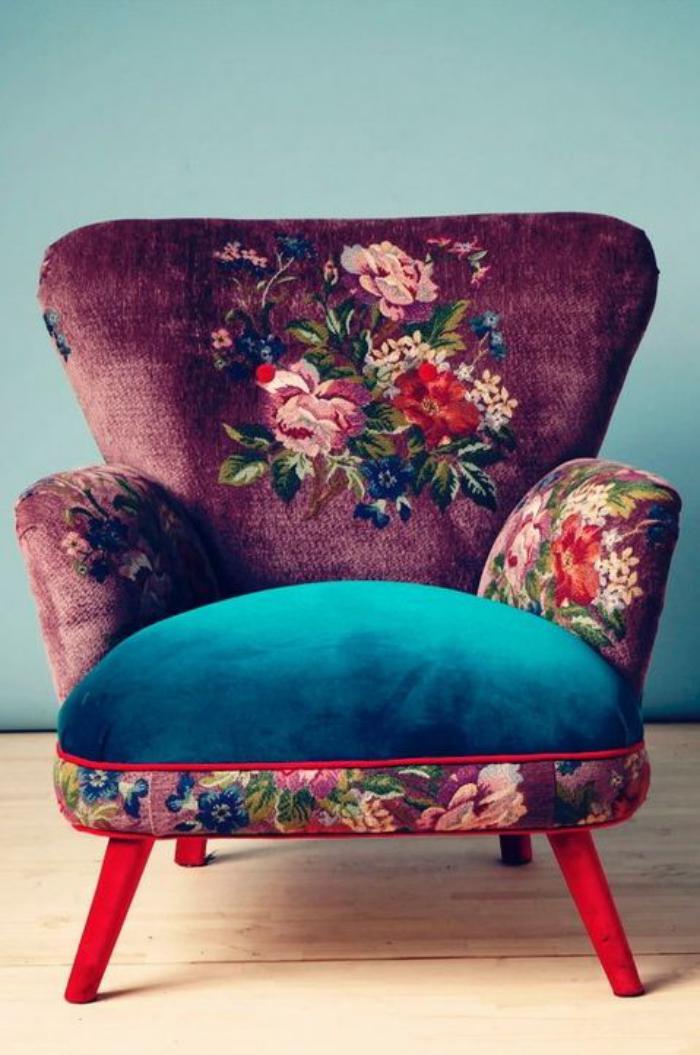 Sessel-aus-Samt-mit-romantischem-Muster