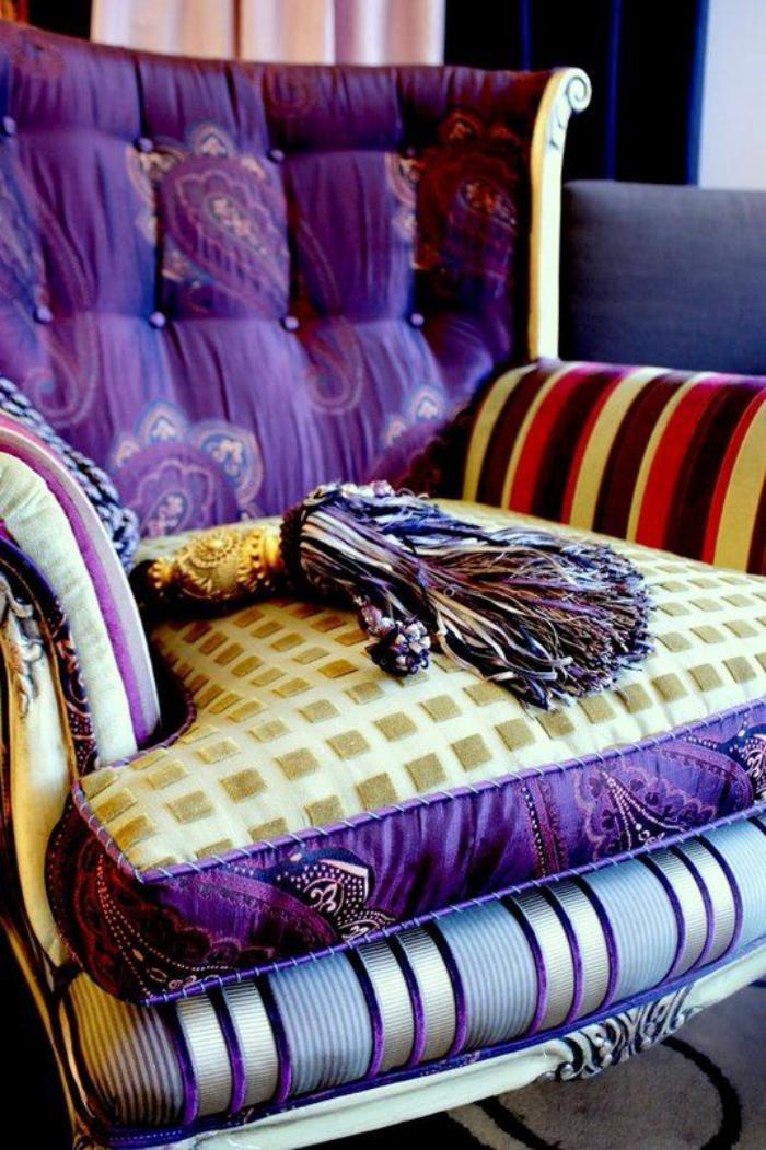 Sessel-aus-feiner-Materie-in-lila-Farbe