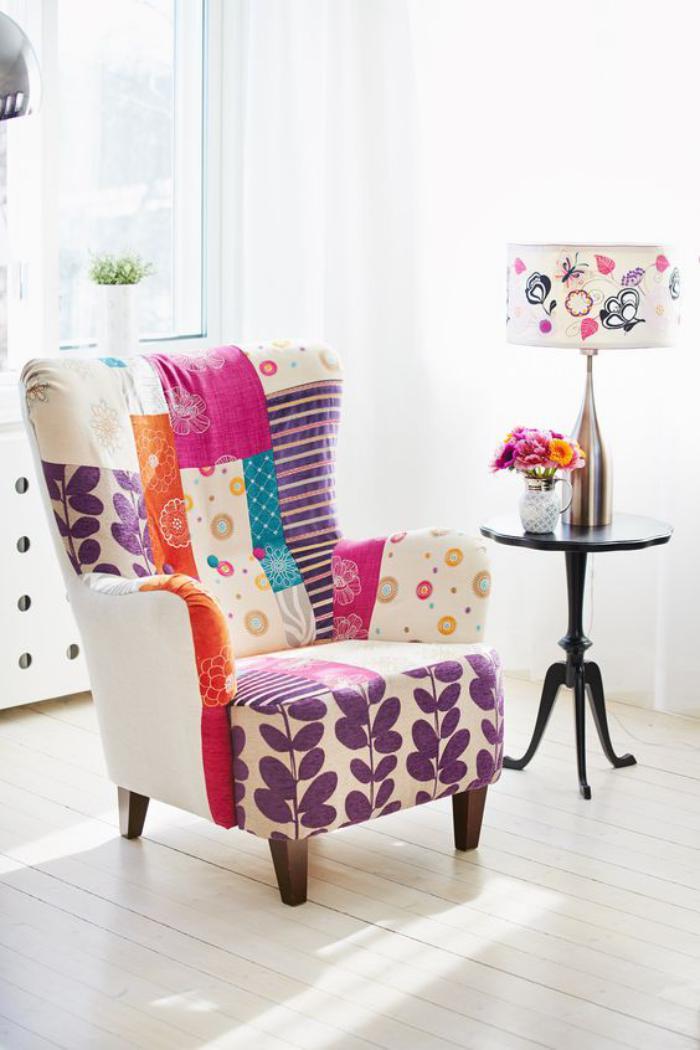 Sessel-und-Tischlampe-mit-fantastischem-Muster