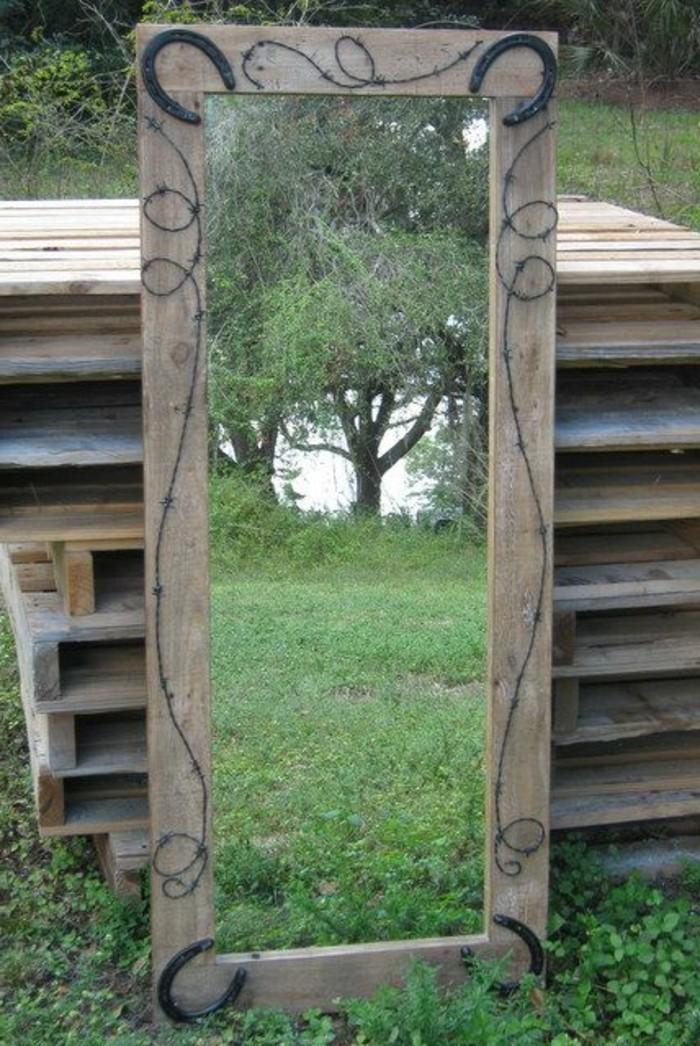 Spiegel-mit-holzrahmen-in-der-Grüne
