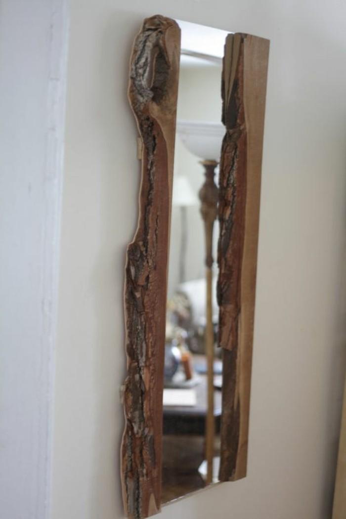 Spiegel-mit-holzrahmen-wie-Stumpf-aussehend