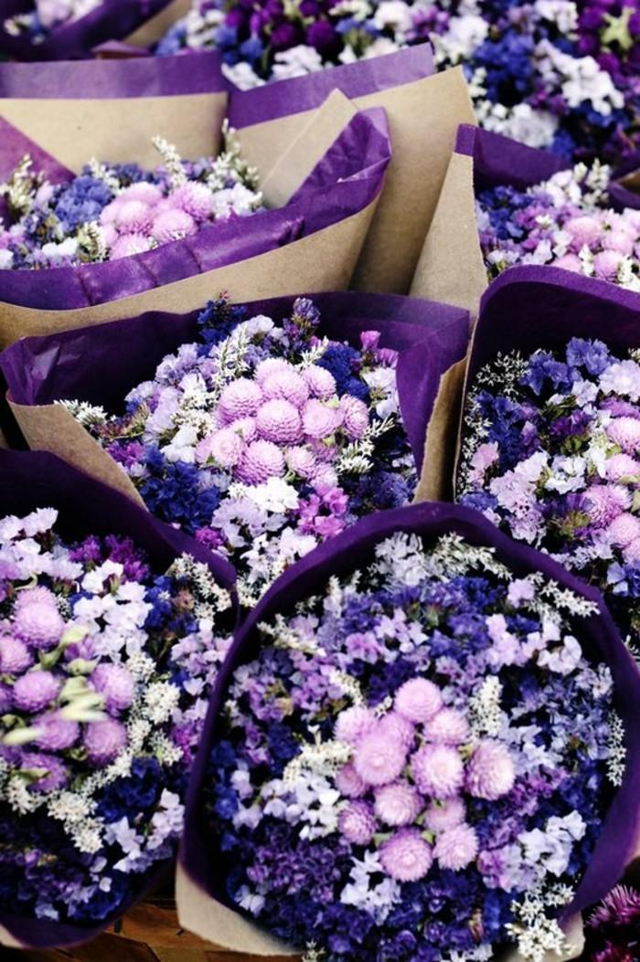 Sträuße-aus-frischen-lila-und-rosa-Blumen-zum-Verkauf