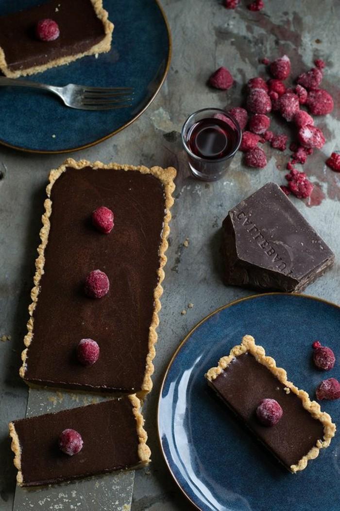 Tart-mit-schwarzer-Schokolade-Himbeeren-und-Macadamia-Kruste