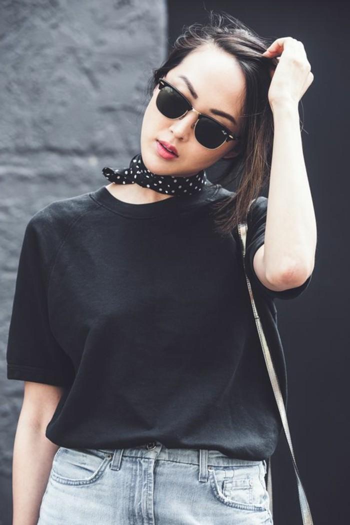 Teenager-Look-Jeans-schwarzer-T-Shirt-Polka-Dots-Halstuch