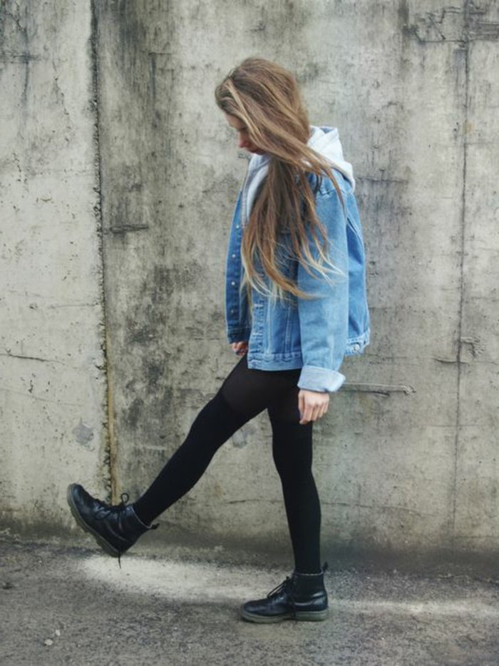Teenager-Outfit-Sweatshirt-Denimjacke-Leggings