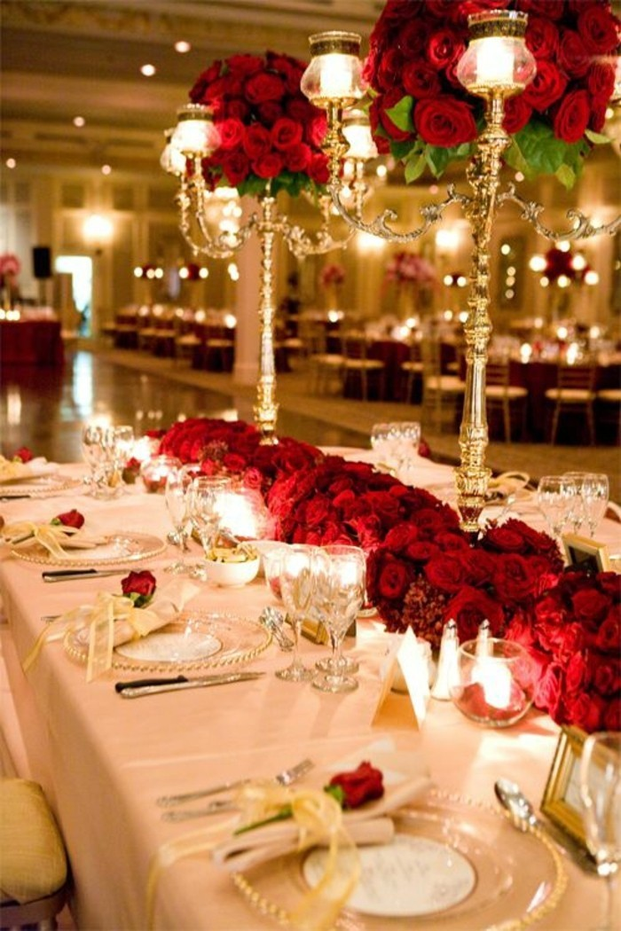 Tischdeko-Hochzeit-geschmückt-mit-roten-Rosen