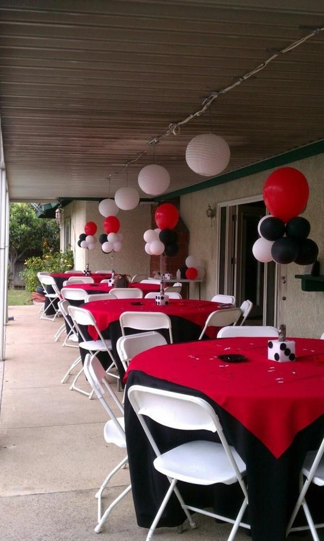 Tischdeko-in-Schwarz-Weiß-und-Rot-geeignet-füt-Glücksspiel-Treffen