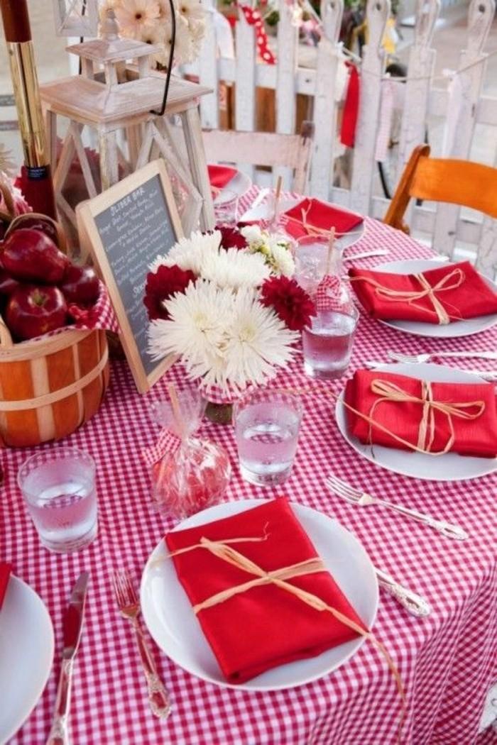 Tischdekoration-Ideen-in-Rot-Tischdecke-mit-kariertem-Muster