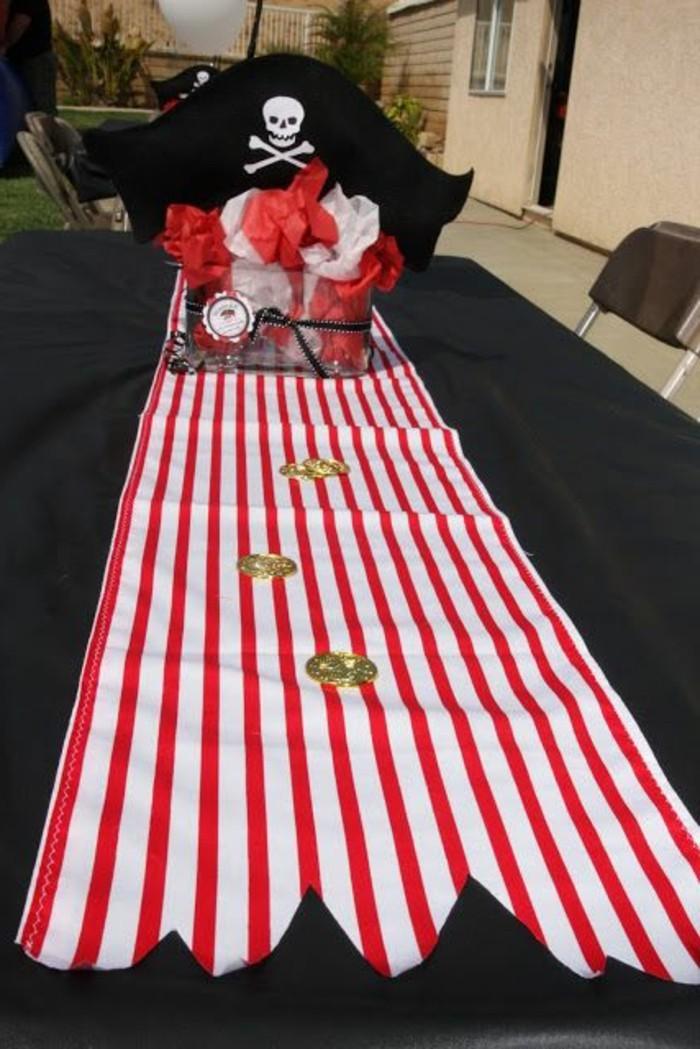Tischdekoration-mit-Piraten-Motiven-Tischläufer-an-weiß-roten-Streifen