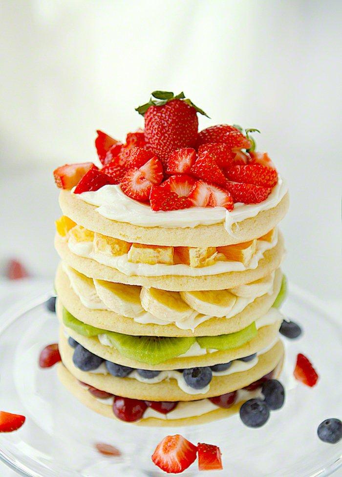 Torte-aus-Pfannkuchen-garniert-mit-Früchten