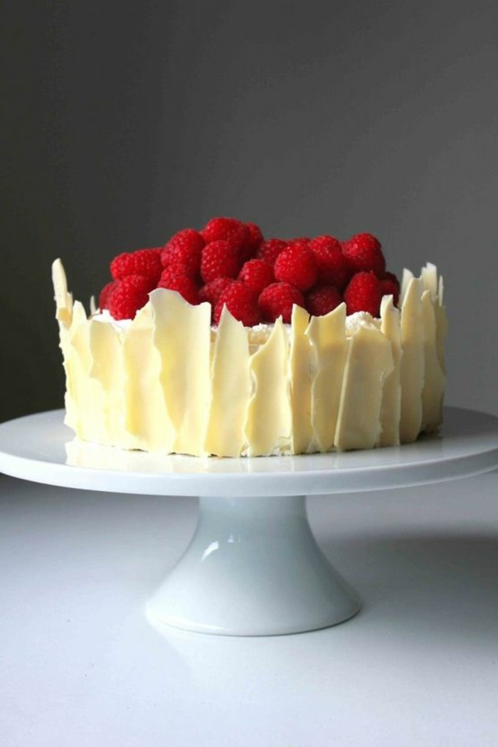 Torte-aus-Zitronen-Himbeeren-und-weißer-Schokolade