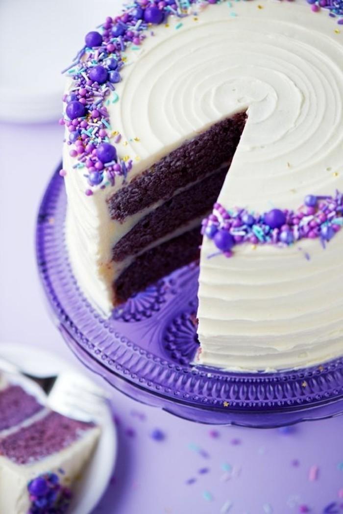 Torte-mit-weißer-Glasur-und-lila-Füllung