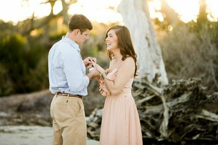 Verlobung-Ideen-vor-einem-hohem-Baum