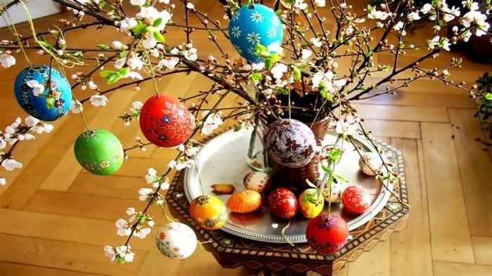Wallpaper-Ostern-mit-Baum-von-dem-gefärbte-Eier-hängen