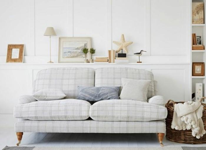 Weiße-Couch-mit-Karo-Muster