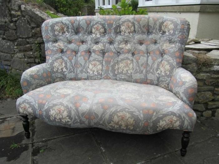 Zweisitzer-Couch-in-den-Freien
