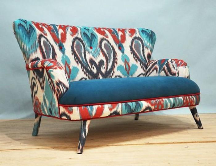 Zweisitzer-Couch-mit-orientalischen-Muster