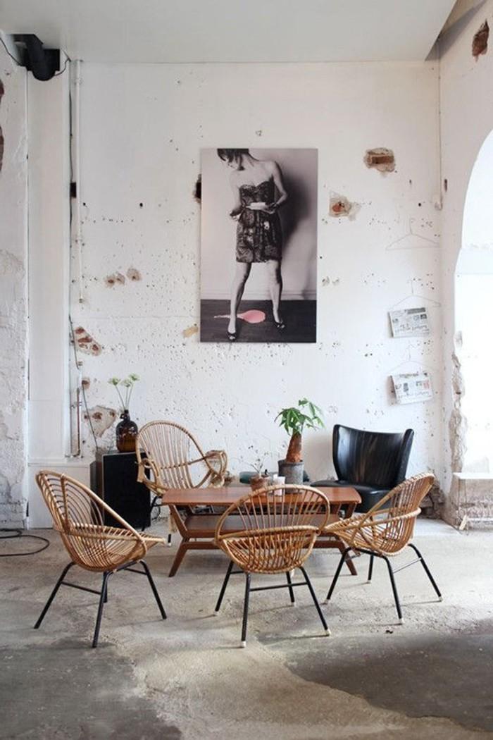 alte-Wohnung-böse-Wände-hölzerner-Tisch-Rattanstühle