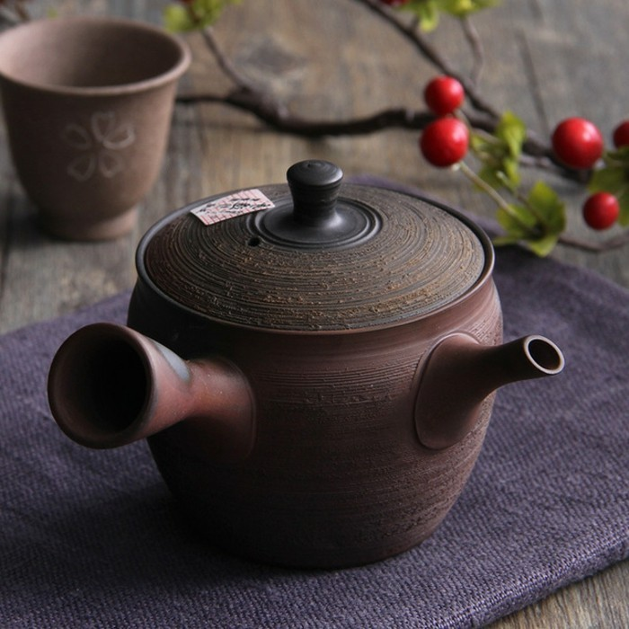 alte-japanische-teekanne-in-traditionellem-Stil