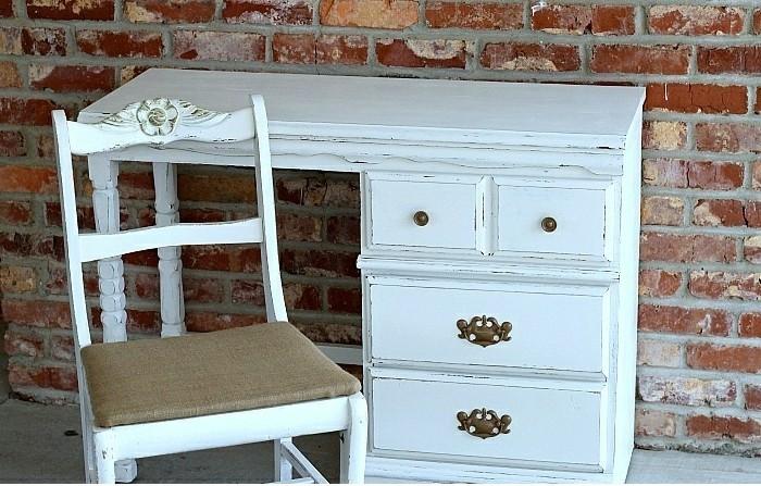 alter-Schreibtisch-mit-Schubladen-sehr-winzig