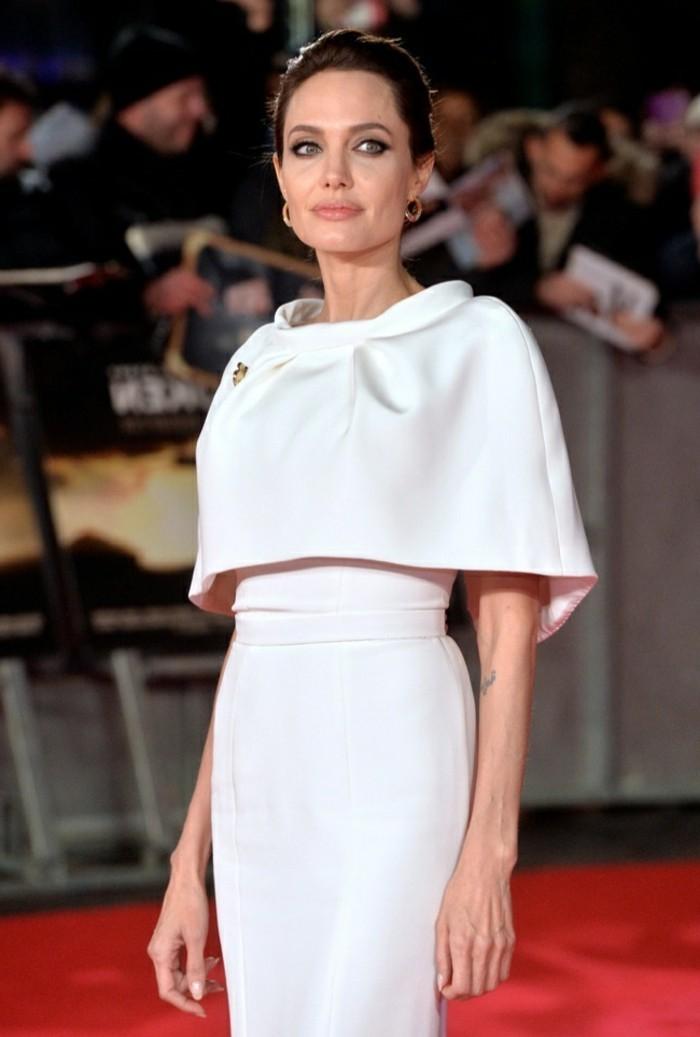 angelina-in-einem-stilvollen-weißen-kleid