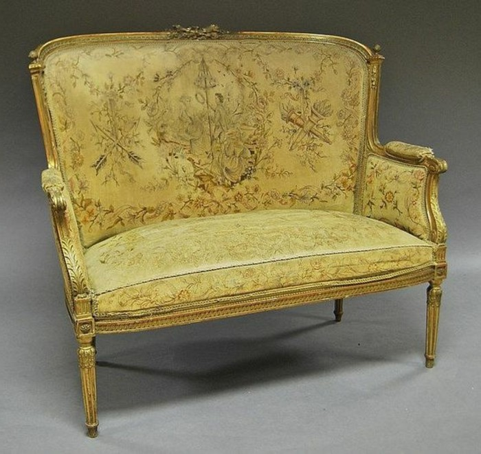 antiquarisches-goldenes-Modell-Zweitsitzer-Sofa