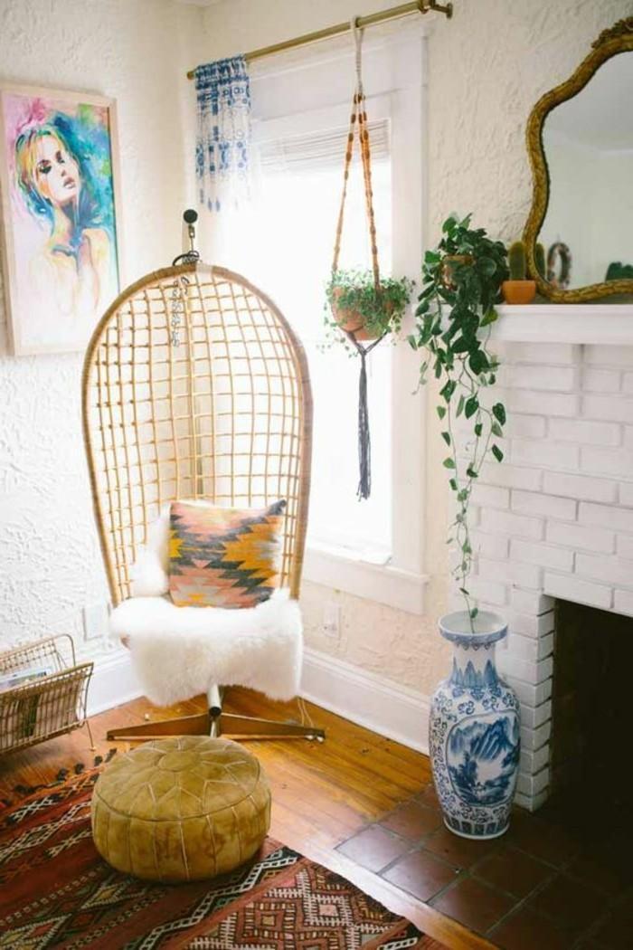 artistisches-Interieur-Kamin-Texturen-mit-Boho-Muster-Schaukel-aus-Rattan