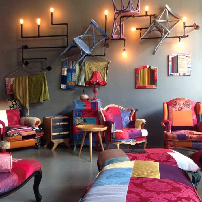 artistisches-Interieur-mit-bunten-Möbeln