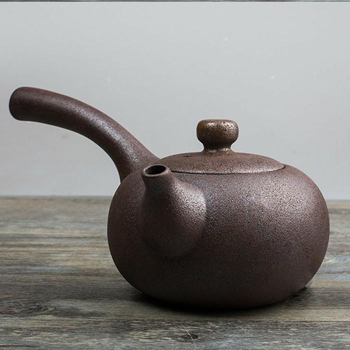 asiatische-teekanne-mit-Henkel-auf-einer-seite