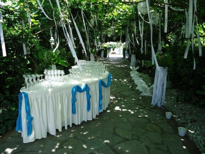 attraktive-tischdeko-taufe-blaue-schleifen-und-weiße-tischdecke