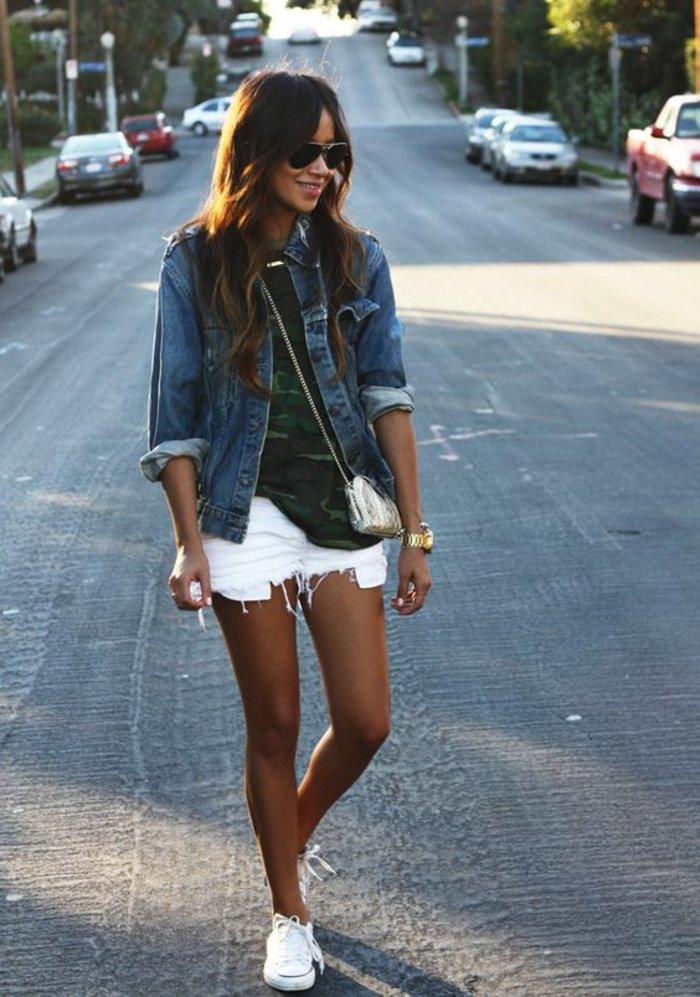 attraktiver-Outfit-Damenjacke-aus-Denim-kurze-weiße-Hosen-T-Shirt-mit-Militärmuster