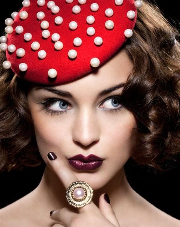attraktives-rotes-Barett-dekoriert-mit-Perlen