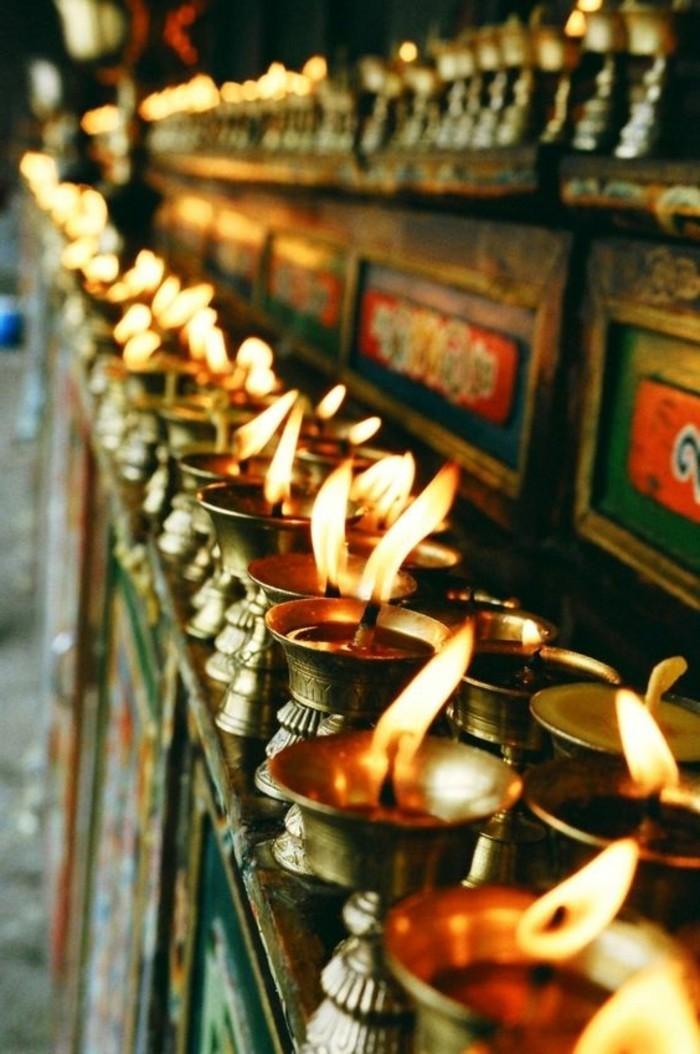 ausgefallene-Kerzen-in-einem-heiligen-Platz