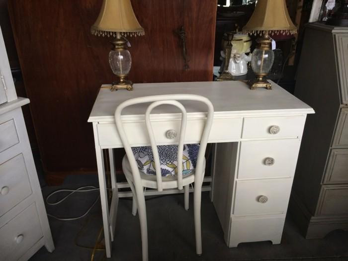 bürotisch-mit-einem-weißen-Stuhl