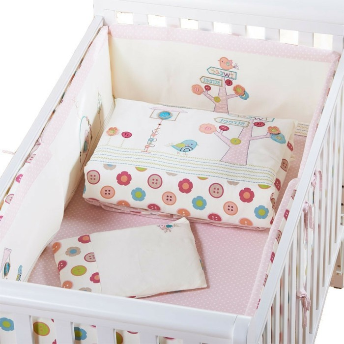 baby-kinderbett-mädchen-weißes-design-rosige-bettwäsche